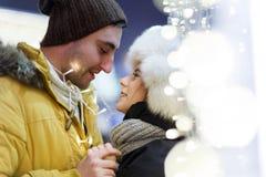 Küssen von den Menschen, die Hintergrundstadt umarmen Stockbild