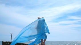Küssen von Paaren auf Seepier Schwangere Paare, die auf Himmelhintergrund küssen stock footage