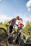 Küssen während des Radfahrens Stockbilder