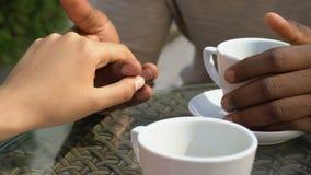 Küssende Hand der weißen Frau des afroen-amerikanisch Mannes, Mischrassebeziehungen, Nahaufnahme stock footage