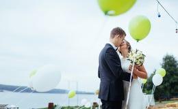 Küssende Hochzeit der schönen jungen Paare, blonde Braut mit ihrem GR Stockfotografie
