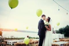 Küssende Hochzeit der schönen jungen Paare, blonde Braut mit ihrem GR Lizenzfreie Stockfotos