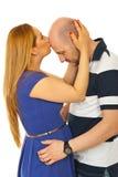 Küssende kahle Mannstirn der Frau Stockbilder