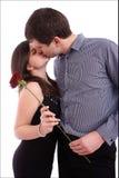 Küssende Paare der glücklichen Junge mit Rot stiegen Stockfotos