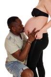 Küssender Babybauch des schwarzen Mannes Lizenzfreie Stockfotografie