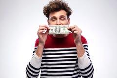 Küssender Dollarschein des glücklichen Mannes Lizenzfreie Stockfotografie