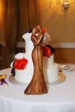 Küssender Hochzeitskuchen der Paare Lizenzfreie Stockfotos