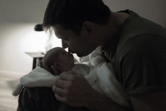 Küssender später Abend des Sohns des Vaters Lizenzfreie Stockfotografie