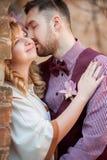 Küssender und aalender Mann des glücklichen Paars Stockfotografie