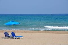 Meeransicht, Stühle und unbrella auf dem Strand Stockbild