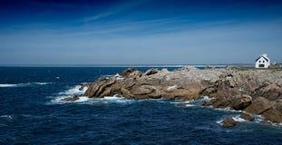 Küste in Brittany France mit eindrucksvollen Felsen lizenzfreie stockfotos