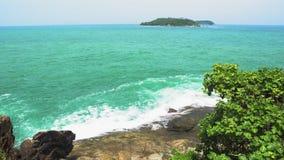 Küste der Insel, Meereswellen sind gegen die Felsen, die Insel auf dem Horizont, Reise und Tourismus, der Meerblick defekt stock video