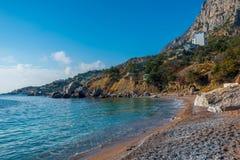 Küste der Seebucht, umgeben durch Berge lizenzfreie stockfotos
