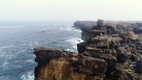 Küste der steilen Klippe des Vogelperspektiverandes von Atlantik in Portugal stock footage