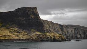 Küste der steilen Klippe an einem bewölkten Tag lizenzfreie stockbilder