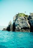 Küste des Ägäischen Meers mit kleinem Leuchtturm Stockfoto