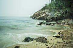 Küste des Atlantiks im Nebel Lizenzfreies Stockfoto