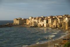 Küste des Cefalu Strandes in Sizilien Stockfotografie