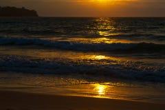 Küste des Meeres bei Sonnenuntergang Lizenzfreies Stockfoto