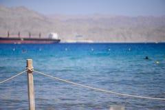 Küste des Roten Meers mit Zaun Lizenzfreies Stockfoto