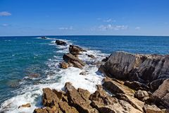Küste des Schwarzen Meers Krim, Ukraine Die Seewelle gliedert gegen die Steine auf Tausenden, die Meereswellen spritzen Leistungs lizenzfreie stockfotos