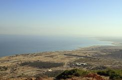 Küste des Toten Meers von der Gebirgsspitze lizenzfreie stockbilder
