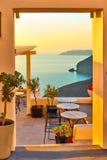 Küste durch offene Tür in Santorini Lizenzfreies Stockfoto