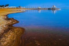 Küste gegen den blauen Himmel Stockfotografie