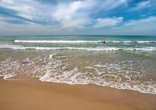 Küste mit Badegästen im Hintergrund. stockbilder