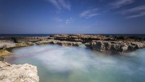 Küste mit Felsen Stockbild