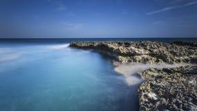 Küste mit Felsen Stockfoto