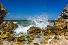 Küste mit Felsen und spritzen Wellen lizenzfreie stockbilder