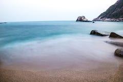 Küste mit Flusssteinen Stockfotografie