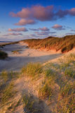 Küste mit Sanddünen am Sonnenuntergang stockfoto
