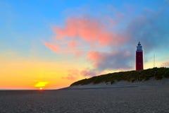 Küste mit Sanddünen und Leuchtturm am Sonnenuntergang stockfotografie