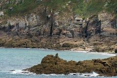 Küste nahe Saint Malo mit einem deutschen Bunker lizenzfreie stockfotos