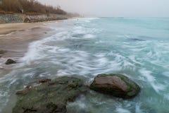 Küste, sandiger Strand, unscharfe Wellen Stockbild