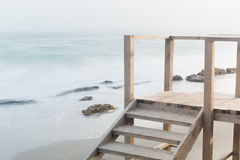 Küste, sandiger Strand, unscharfe Wellen Stockbilder