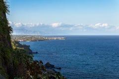Küste von Agireale in Sizilien Stockbild