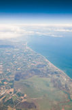 Küste von der Luft mit Wolken Stockbild