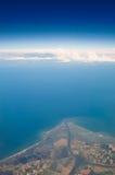 Küste von der Luft mit Wolken Stockfotos
