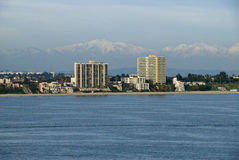 Küste von Long Beach Kalifornien mit Bergen Lizenzfreie Stockfotografie