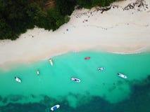 Küste von neugieriger Insel mit Yachten lizenzfreies stockbild