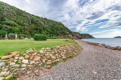 Küste von Punta-Ala in Toskana an einem bewölkten Sommertag stockfotos