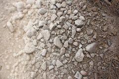 Küste von Salt Lake Baskunchak, Russland Hintergrund von Steinen mit lizenzfreie stockfotos
