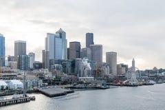 Küste von Seattle mit Ferris Wheel lizenzfreies stockbild