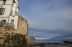 Küste, Winter 2017 - blaue Himmel und dunkle Meere Stockbilder