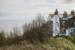 Küste, Winter 2017 - blaue Himmel und Haus auf dem Ufer Stockbilder