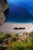 Küste, Wrack und blaues Wasser Lizenzfreies Stockbild