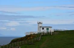 Küste, zum der Bahn die Küste entlangzufahren, die durch Küstenwachstation in England überschreitet lizenzfreie stockbilder
